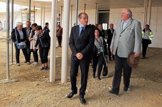 la-visite-officielle-des-elus-de-la-ville-et-du-departement_740944_516x343